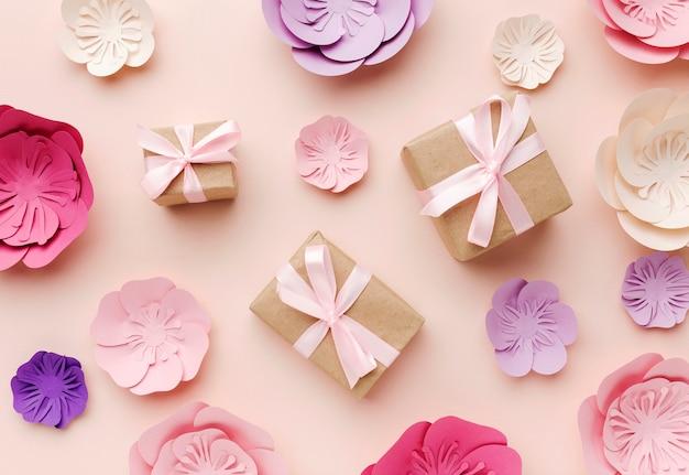Geschenke zwischen blumenpapierverzierung