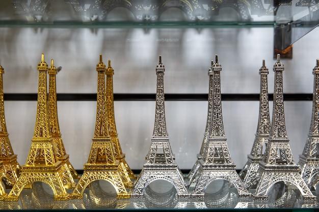 Geschenkeladen in paris. kleine kopien des eiffelturms.