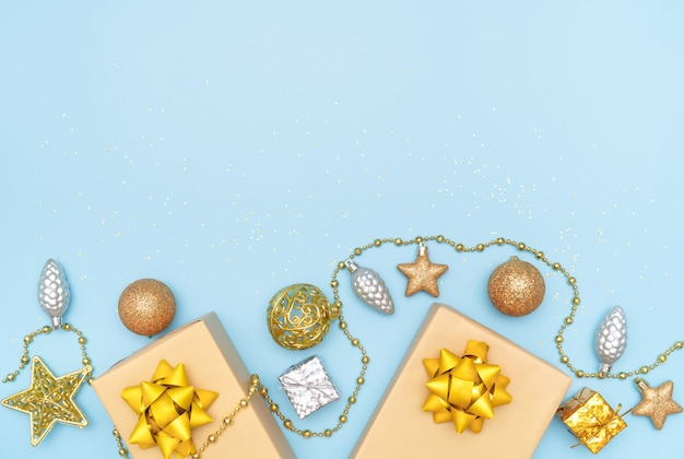 Geschenkkästen auf blauem hintergrund für geburtstag, weihnachten oder hochzeitszeremonie