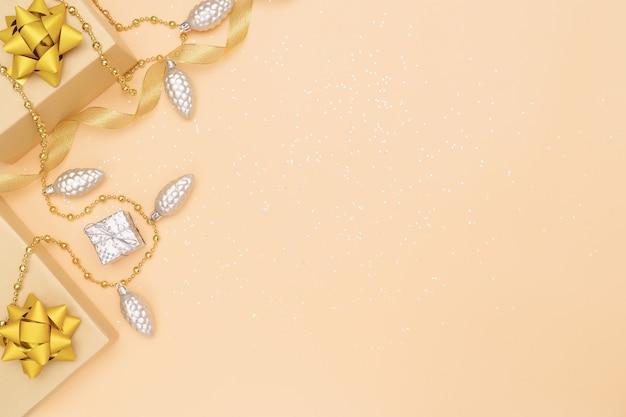 Geschenkkästen auf goldenem hintergrund für geburtstag, weihnachten oder hochzeitszeremonie