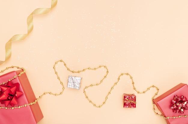 Geschenkkästen auf goldenem hintergrund für geburtstag