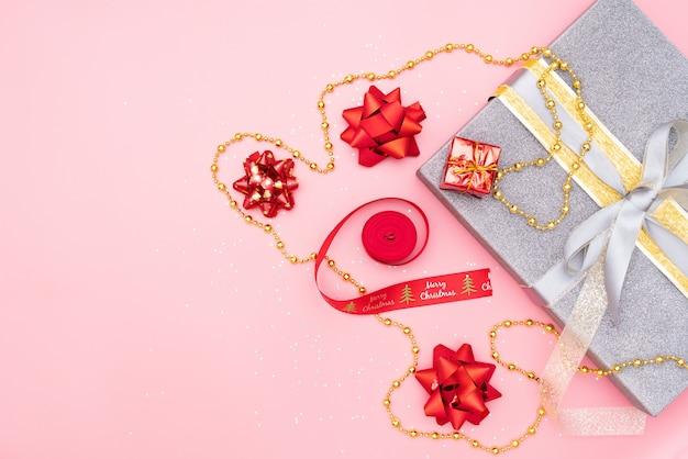 Geschenkkästen auf rosa hintergrund für geburtstag, weihnachten oder hochzeitszeremonie