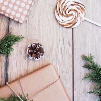 Geschenkkartons in packungen in der nähe von lutscher und haken