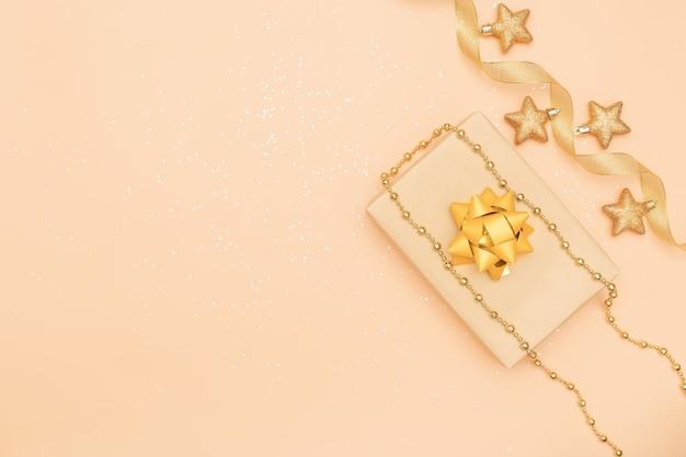 Geschenkkasten auf goldenem hintergrund für geburtstag