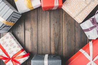 Geschenkpackungen im Kreis auf Holzbrettern