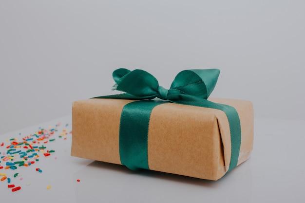Geschenkpaket mit grüner schleife
