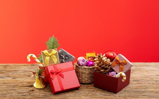 Geschenkpräsentkarton mit farbband auf rot für besonderen anlass des weihnachtsgeburtstags