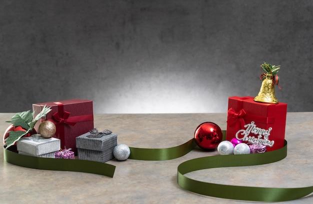 Geschenkpräsentkarton mit farbband auf weißem hintergrund für besondere anlässe des weihnachtsgeburtstags