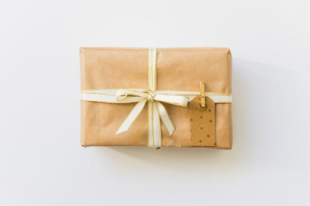 Geschenkschachtel in umhüllung mit etikett