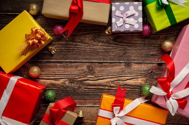 Geschenkschachteln mit weihnachtsverzierung auf hölzernem hintergrund