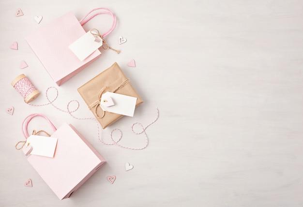 Geschenktüte und box mit leerem tag