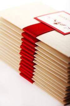 Geschenkumschläge mit roter schleife