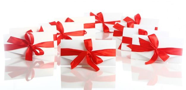 Geschenkumschlag mit fantastischem rotem bogen