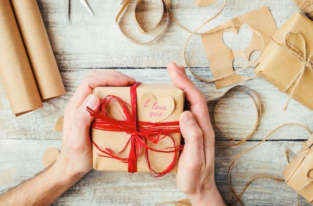Geschenkverpackung für den geliebten. selektiver fokus