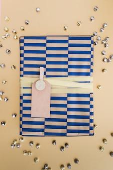 Geschenkverpackung mit tag zwischen den druckknöpfen