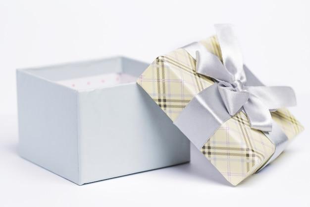 Geschenkverpackung öffnen