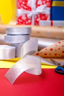 Geschenkverpackung, schachteln, papier, schleife und schere