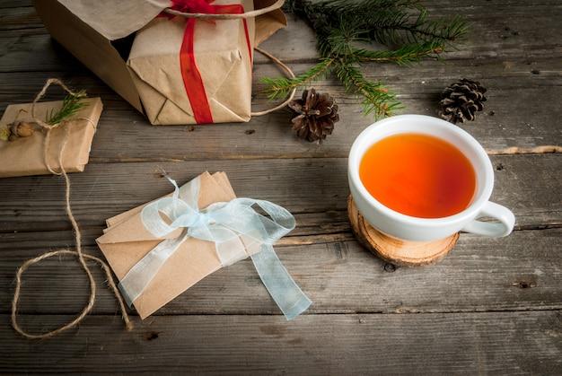 Geschenkverpackung und briefe, karten für weihnachtsgrüße und notizblock.