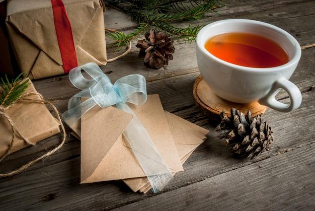 Geschenkverpackung und briefe, karten für weihnachtsgrüße.