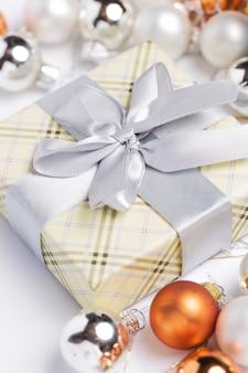 Geschenkverpackung und girlanden