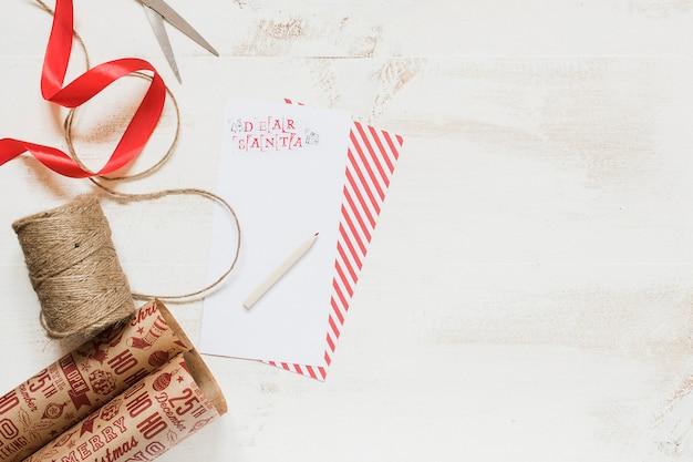 Geschenkverpackung und weihnachtsmann-brief für spott oben