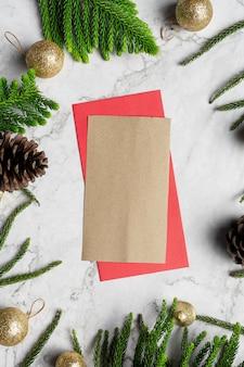 Geschenkverpackungspapier und weihnachtsverzierung platziert auf weißem marmorhintergrund