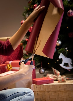 Geschenkverpackungsprozess vor weihnachten