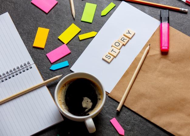 Geschichtenbriefe auf papierblatt und notizen mit kaffeetasse auf einem tisch