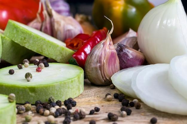 Geschichtete zwiebel in scheiben geschnitten auf einem schneidebrett während des kochens, küchentisch während des kochens von lebensmitteln
