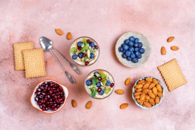 Geschichtetes dessert in serviergläsern.