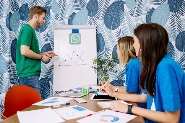 Geschickte leute, die auf social media-anwendungen planen