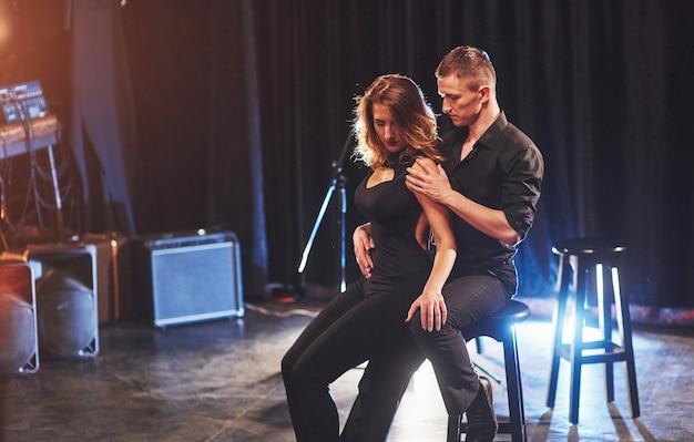 Geschickte tänzer, die in einem dunklen raum unter licht auftreten. kunstkonzept der ersten liebe, leidenschaft, eleganz. valentinstag.
