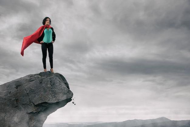 Geschickte und selbstbewusste geschäftsfrau dominiert von oben