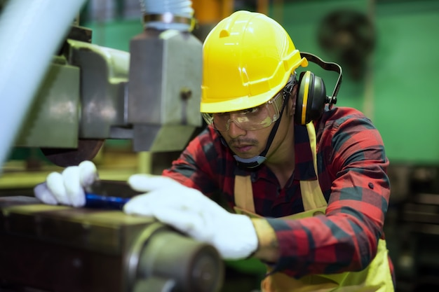 Geschickter mechaniker oder techniker, der an der drehmaschine arbeitet