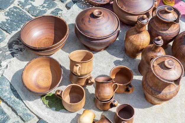 Geschirr aus ton, verschiedene krüge handgefertigt. handarbeit wird zum verkauf ausgestellt.
