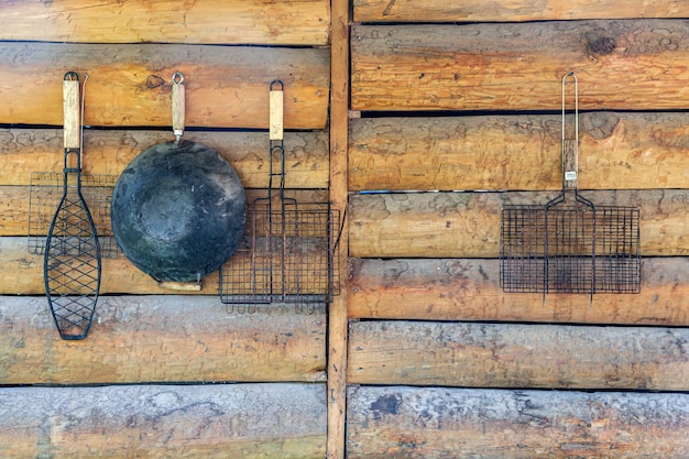 Geschirr hängt für ein picknick und grillen