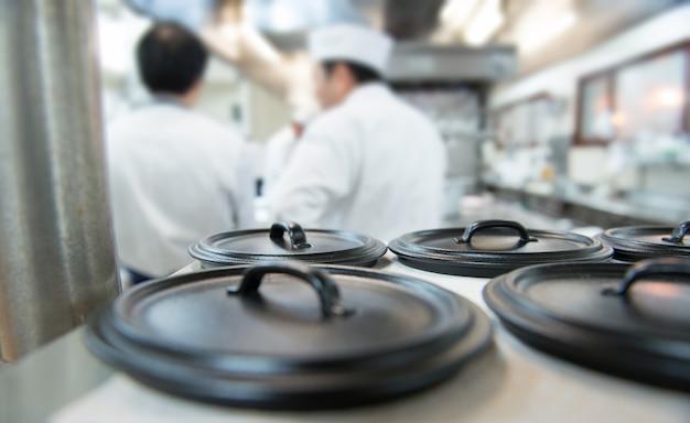 Geschirr in der küche des restaurants