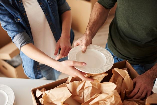 Geschirr in die kisten packen