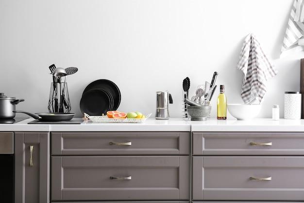Geschirr mit produkten auf der theke in der küche