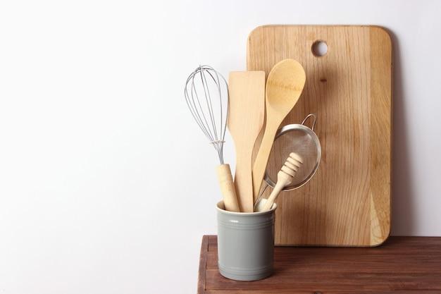 Geschirr nahaufnahme auf einem farbigen hintergrund küchengeräte