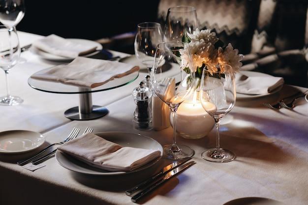 Geschirr zum abendessen in einem restaurant mit gemütlichem interieur
