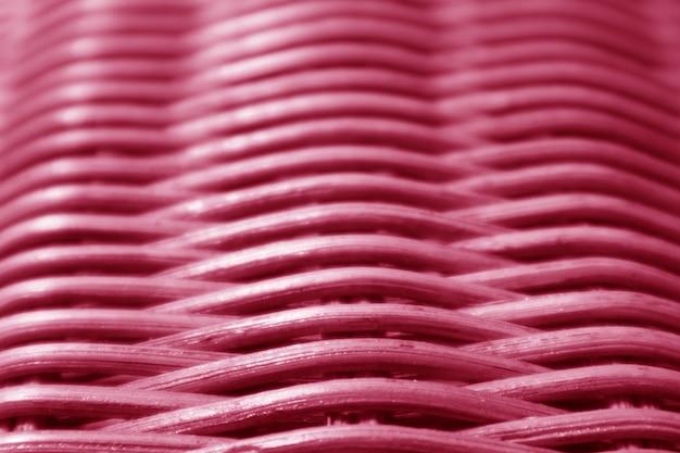 Geschlossen herauf beschaffenheit und muster des vibrierenden rosas farbige rattanmöbel mit selektivem fokus