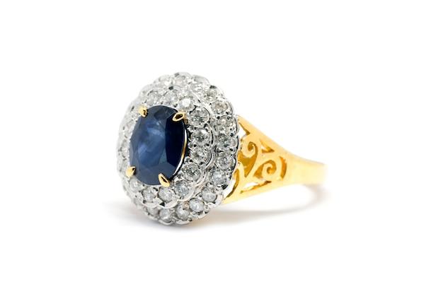 Geschlossen herauf blauen saphir mit weißem diamant- und goldring lokalisiert auf weißem hintergrund, ehering