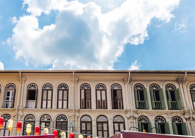 Geschlossene bunte fensterfensterläden in chinatown-bezirk von singapur, asien