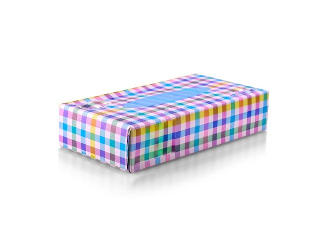 Geschlossene farbige box mit papierservietten auf weißem hintergrund
