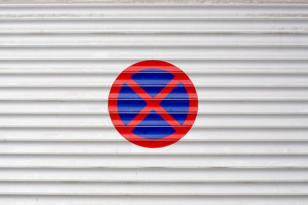 Geschlossene garage eingangstür mit verbotenem parkschild außen