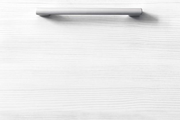 Geschlossene schublade in der küche, weißes modernes wohnungshintergrundfoto mit kopienraum