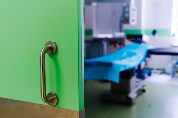 Geschlossene türen im operationssaal. moderne chirurgische klinik