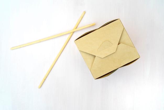 Geschlossene verpackungen aus wok-papier. für asiatische fast foods.