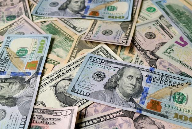 Geschlossener haufen von us-dollar-rechnungen (100 dollar)